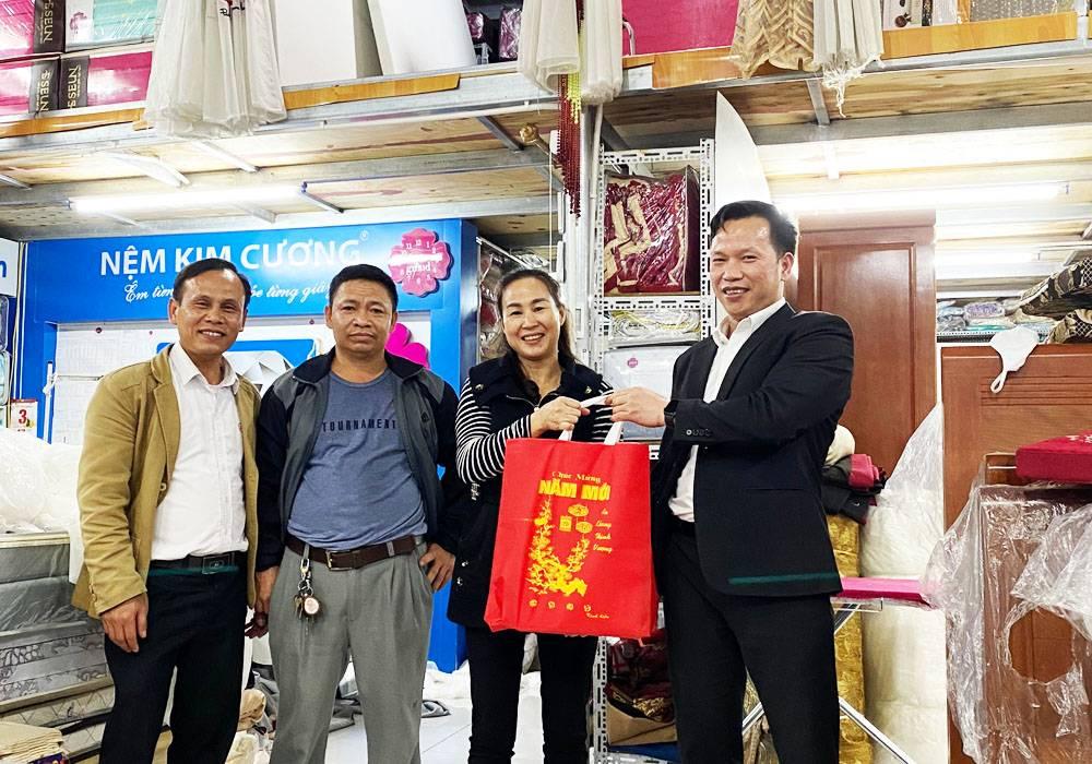 NPP Đông Á - Dongahome.com chúc tết đại lý Thùy Anh